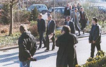 Bill Gates schwebt im Edison-Park ein